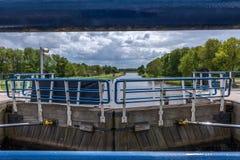 Vista bonita da comporta de Ketelhaven fotos de stock