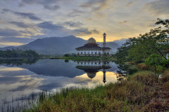 Vista bonita da mesquita do Corão de Darul com reflexões durante o nascer do sol Imagem de Stock Royalty Free