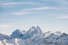 Vista bonita da montagem Ushba, Cáucaso norte, Rússia fotos de stock royalty free