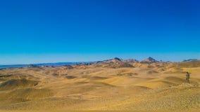 Vista bonita da montanha com céu azul fotos de stock royalty free