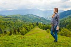 Vista bonita da montanha com a mulher gravida no foregrou fotografia de stock