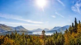 Vista bonita da montanha do outono no lago Skilak em Alaska fotos de stock royalty free