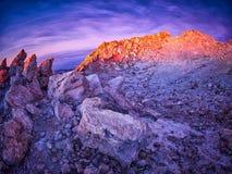 Vista bonita da parte superior do pico do vulcão de Teide, Pico del Teide, com os turistas no nascer do sol em Tenerife, Espanha imagens de stock