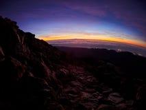Vista bonita da parte superior do pico do vulc?o de Teide, Pico del Teide, com os turistas no nascer do sol em Tenerife, Espanha fotografia de stock