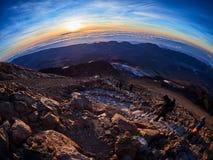 Vista bonita da parte superior do pico do vulc?o de Teide, Pico del Teide, com os turistas no nascer do sol em Tenerife, Espanha foto de stock royalty free
