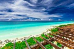 A vista bonita da parte superior do telhado na praia branca tropical da areia e a turquesa tranquilo oferecem o oceano no dia de  imagens de stock