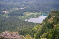 Vista bonita da parte superior da montanha em caminhantes na rocha Foto de Stock Royalty Free