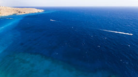 Vista bonita da praia azul profunda Foto de Stock