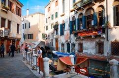 Vista bonita da rua da água e de construções velhas em Veneza Fotos de Stock
