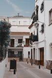 Vista bonita da rua tradicional de Blanes, Espanha Rua com arquitetura velha espanhola tradicional imagem de stock
