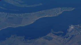 Vista bonita da terra da janela do avião durante o voo vídeos de arquivo