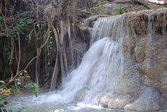 Vista bonita das cachoeiras perto do rio Kwai em Tailândia fotos de stock