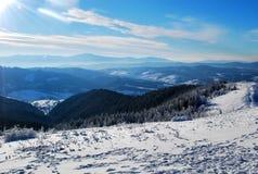 Vista bonita das montanhas Carpathian neve-tampadas no inverno Fotografia de Stock