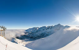 Vista bonita das montanhas e do cabo aéreo em um dia ensolarado Imagem de Stock