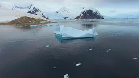 Vista bonita das montanhas na neve e do iceberg na água Andreev video estoque