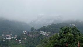 Vista bonita das nuvens nas montanhas fotografia de stock