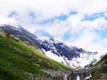 Vista bonita das reservas de água no gornergrat com os vagabundos do cume da neve imagens de stock