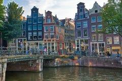 Vista bonita de canais de Amsterdão com ponte e dutch típico foto de stock