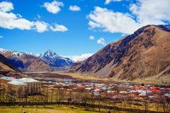 Vista bonita de montanhas de Cáucaso, Geórgia Foto de Stock Royalty Free