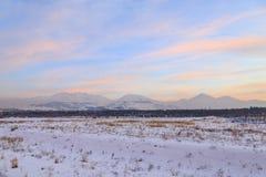A vista bonita de palandoken montanhas durante o por do sol cor-de-rosa em Erzurum imagem de stock royalty free