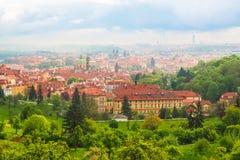 Vista bonita de Praga e sua arquitetura do monte de Petrin Fotos de Stock