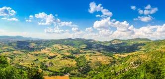 Vista bonita de Rolling Hills, de vinhedos e de prados, Úmbria, Itália Fotografia de Stock