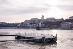 Vista bonita de Royal Palace histórico em Budapest, Hungria do rio fotos de stock