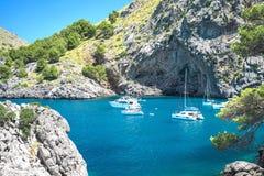 Vista bonita de Sa Calobra na ilha de Mallorca, Espanha Vista bonita sobre em iate dos barcos de navigação destino Sa Calobra imagem de stock