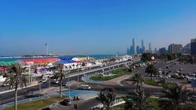 Vista bonita de torres da skyline e do marco da cidade de Abu Dhabi da rua do corniche no amanhecer vídeos de arquivo