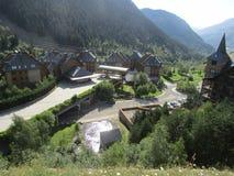 Vista bonita de uma aldeia da montanha foto de stock