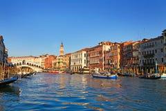 Vista bonita de Veneza e de ponte de Rialto Fotos de Stock Royalty Free