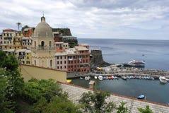 Vista bonita de Vernazza É uma de cinco vilas coloridas famosas de Cinque Terre National Park em Itália, suspendidas imagens de stock royalty free