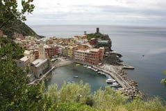 Vista bonita de Vernazza É uma de cinco vilas coloridas famosas de Cinque Terre National Park em Itália, suspendidas imagens de stock