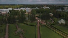 Vista bonita do ar à geometria da paisagem no parque de Pavlovsk vídeos de arquivo