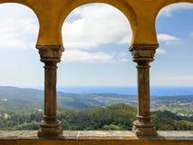 Vista bonita do arco do palácio nacional de Pena Sintra portugal foto de stock