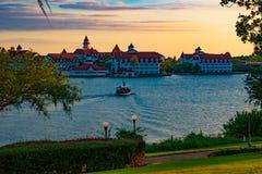 Vista bonita do barco Floridian grande do recurso & dos termas e do táxi no lago azul na área 1 de Walt Disney World foto de stock