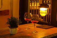 Vista bonita do café iluminado da rua em Tbilisi na noite foto de stock royalty free