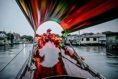 Vista bonita do canal de Banguecoque do barco de madeira da cauda longa com flores coloridas e luz surpreendente Foto de Stock Royalty Free