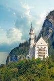 Vista bonita do castelo mundialmente famoso de Neuschwanstein, o palácio românico do século XIX do renascimento construído para o imagens de stock royalty free