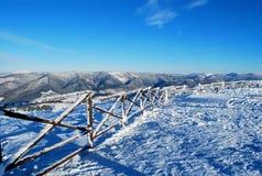 Vista bonita do cume coberto de neve da montanha no inverno Imagens de Stock Royalty Free