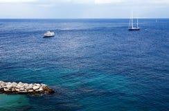 Vista bonita do iate e do barco por Capri Console Fotografia de Stock Royalty Free