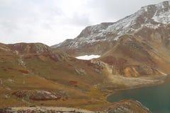 Vista bonita do lago e das geleiras na montanha sob o céu nebuloso foto de stock royalty free