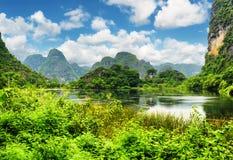 A vista bonita do lago entre o cársico eleva-se em Ninh Binh, Vietname foto de stock royalty free