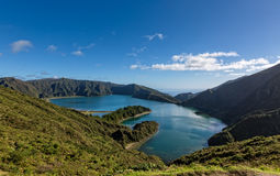 Vista bonita do lago na cratera Volcano Covered com floresta Foto de Stock Royalty Free