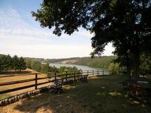 Vista bonita do lago Ostrzyckie em Kolano, região de Wiezyca, Polônia foto de stock