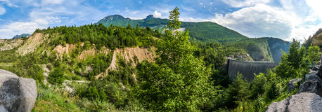 Vista bonita do local memorável na represa de Vajont com a represa no th Fotos de Stock Royalty Free