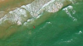 Vista bonita do mar de cima dos giros acima dos surfistas video estoque