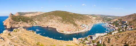 Vista bonita do Mar Negro e da cidade Balaklava fotografia de stock royalty free