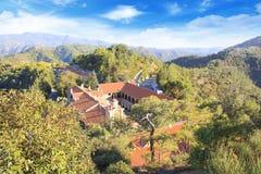 Vista bonita do monastério de Trooditissa em Cedar Valley Nature Reserve em Chipre Fotografia de Stock Royalty Free