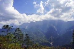 Vista bonita do Monte Kinabalu majestoso durante o céu azul com nuvem dramática Fotografia de Stock